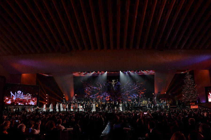 Gerry Scotti conduce il CONCERTO di NATALE | Stasera su Canale5